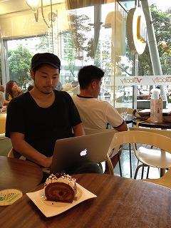 シンガポールのカフェにて 公認会計士・萱場玄